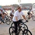بالصور الرئيس السيسي يركب دراجتة في الاسكندرية