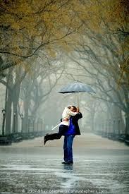 صور رومانسية تحت المطر