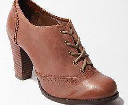 صورة تفسير حلم لبس الحذاء البني