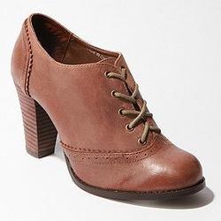 تفسير حلم لبس الحذاء البني