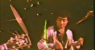 صورة احمد عز رجل الاعمال المصري كان عازف درامز سنة 1987