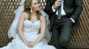 صورة قمر خلف وزوجها